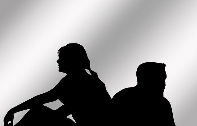 Paare sitzen Rücken an Rücken